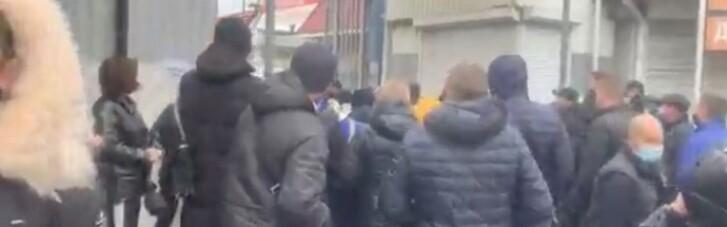 Торгівці прогнали силовиків, які хотіли заблокувати ринок у Миколаєві (ВІДЕО)