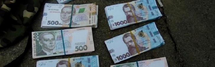 В Киеве задержали афериста, который обменял 20 тыс. долларов на сувенирные деньги (ФОТО)