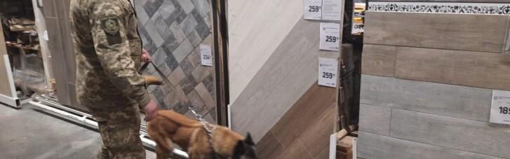 """В Харкові """"замінували"""" два торгівельних центри: евакуювали понад 1700 людей (ФОТО)"""