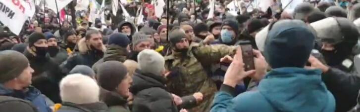 На Майдані в Києві почалися зіткнення мітингувальників з поліцією (ВІДЕО)