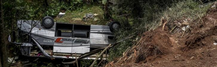 В Индонезии школьный автобус упал в пропасть: погибли 27 человек, большинство — дети (ФОТО)
