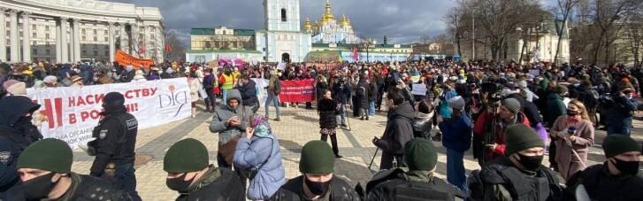 Участников Женского марша в Киеве развозят на спецпоездах метро под охраной