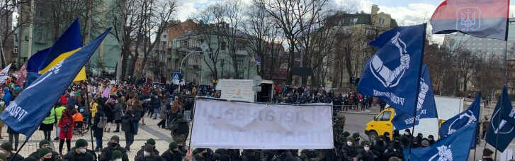 Активісти ОУН закидали учасниць Жіночого маршу рятувальними кругами (ФОТО, ВІДЕО)