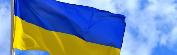 В центре Киева неизвестный осквернил флаг Украины (ВИДЕО)