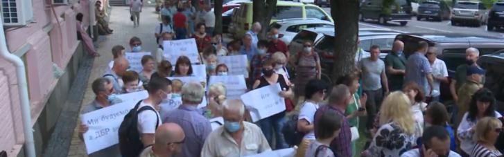Ветерани, активісти та волонтери зібралися під Печерським судом, щоб підтримати героя оборони Маріуполя генерала Павловського