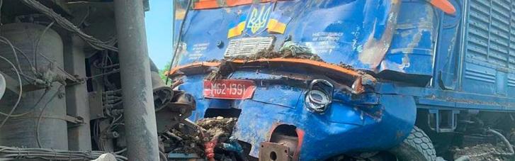 На Закарпатті пасажирський потяг протаранив вантажівку, є постраждалі