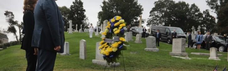 Порошенко с женой сходили на могилу Маккейна
