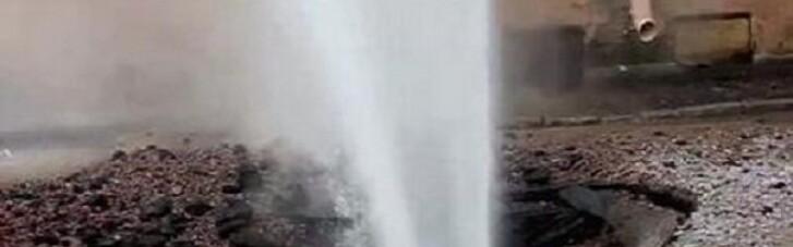 В центре Киева из-под земли бьет фонтан кипятка: более 130 домов остались без тепла (ВИДЕО)
