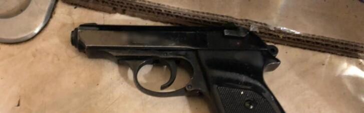 В Одесі чоловік погрожував пістолетом біля скроні стоматологу через плач дитини