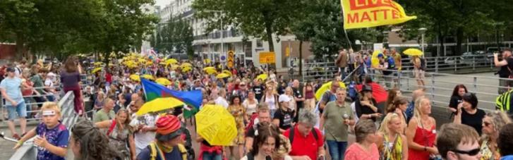 В Амстердамі пройшов масовий протест проти вакцинації та карантину (ФОТО)