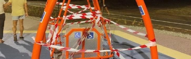 Під камерами батьків: у Харкові діти в перший же день зламали нові гойдалки для дітей з інвалідністю (ФОТО, ВІДЕО)