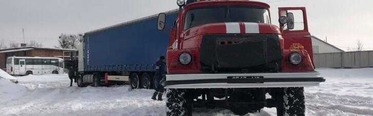 Из-за непогоды в трех регионах Украины до сих пор ограничен проезд