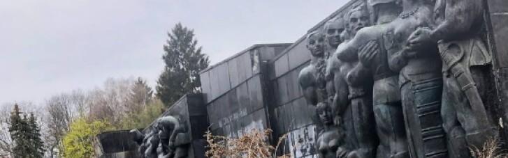 У Львові демонтують радянський Монумент Слави (ФОТО, ВІДЕО)
