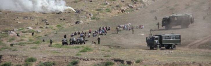 Кыргызстан заявляет, что Таджикистан собирает войска к границе, начались обстрелы