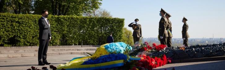 Зеленский возложил цветы к Вечному огню в память о погибших во Второй мировой (ФОТО)