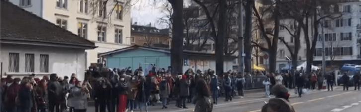 Нарушали карантин: в Цюрихе полиция разогнала женскую демонстрацию слезоточивым газом