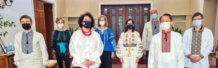 День вишиванки: посли G7 зробили групове фото в українському національному одязі