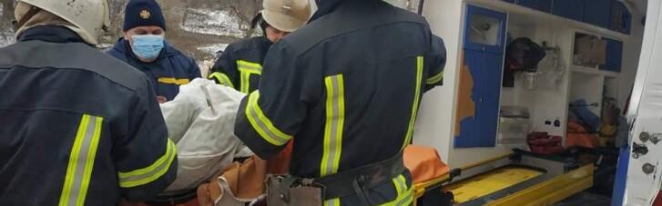 """На Харківщині медики """"швидкої"""" 2 км несли паралізованого чоловіка до машини (ФОТО)"""