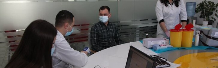 На Тернопільщині працівників приватних компаній вакцинували поза чергою: у Зеленського відреагували (ФОТО)