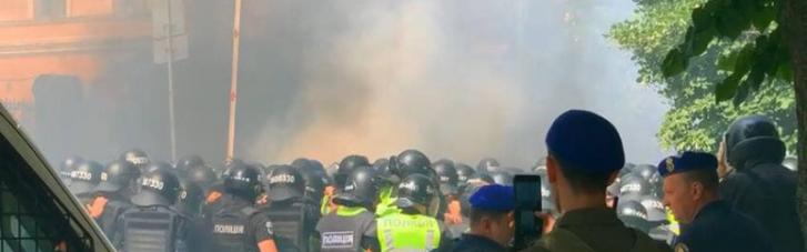 В полиции утверждают, что участники акции протеста по пути к ОПУ украли молоко, — СМИ