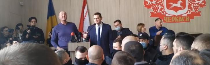 В Черкассах депутат отказался говорить на украинском: вызвали полицию и устроили синхронный перевод (ВИДЕО)