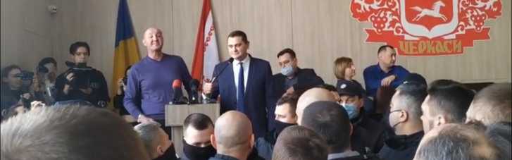 У Черкасах депутат відмовився говорити українською: викликали поліцію і влаштували синхронний переклад (ВІДЕО)