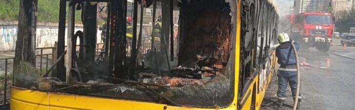 У Києві вщент згорів автобус, який віз пасажирів (ФОТО)