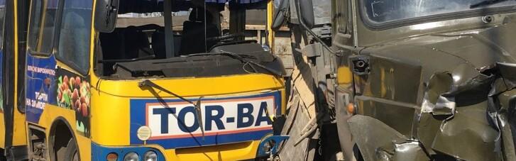 В Луцке маршрутка столкнулась с грузовиком: есть пострадавшие (ФОТО, ВИДЕО)