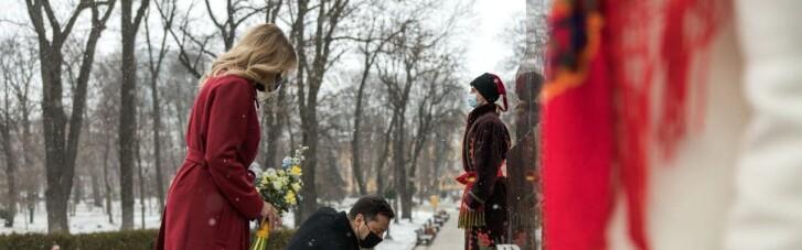Зеленський з дружиною поклали квіти до пам'ятника Шевченку у його день народження (ФОТО)