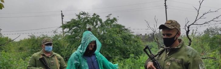 На Луганщині чоловік у дощовику хотів пронести у  Росію пакунки з іконами, — прикордонники
