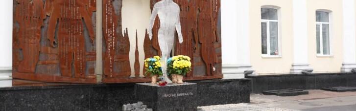 У Житомирі невідомий каменем пошкодив пам'ятник Героям Небесної Сотні (ФОТО, ВІДЕО)