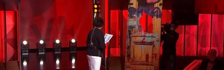 Розбиті двері з Офісу президента стали декорацією на каналі Коломойського (ФОТО)