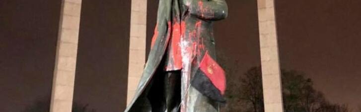 Поліція затримала підозрюваних у паплюженні пам'ятника Бандері у Львові