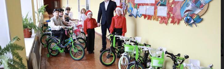 Андрей Стрихарский подарил детям велосипеды ко Дню Св. Николая
