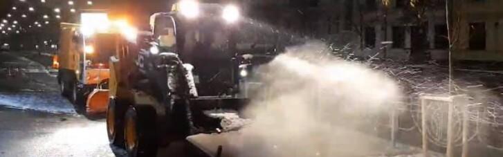 """Перший сніг у столиці: """"Київавтодор"""" вже посипав сіль на дорогах (ФОТО)"""