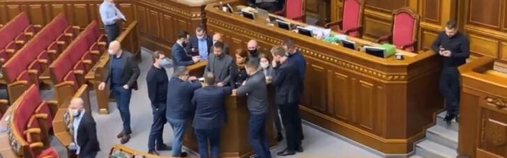 """""""Слуги народу"""" заблокували трибуну Верховної Ради (ВІДЕО)"""