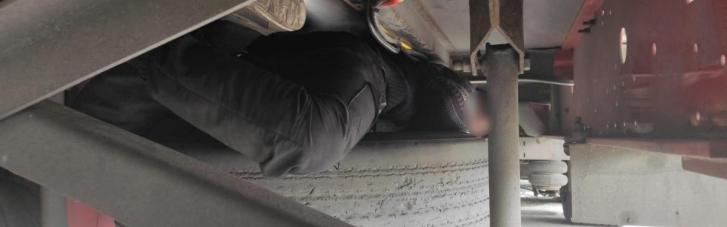 Украинские пограничники под прицепом грузовика обнаружили 16-летнего афганца (ВИДЕО)