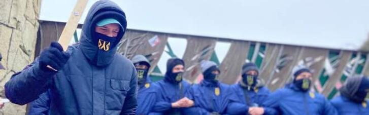 """На Львівщині активісти """"Нацкорпусу"""" блокують готель і завод, що належать Козаку"""