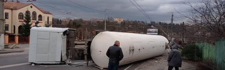 В Житомире на дороге перевернулась цистерна с газом, окружающих жителей эвакуировали