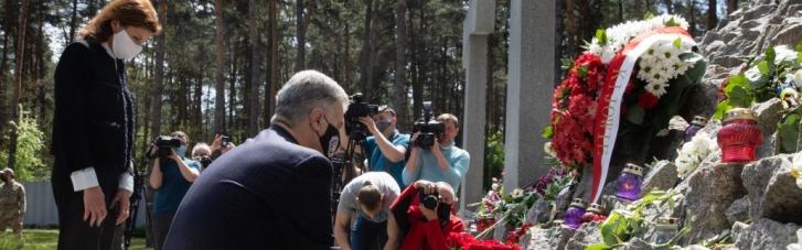 """""""Хто досі бачить """"плюси СРСР"""", нехай приїде у Биківню"""": Порошенки вшанували жертв сталінських репресій (ФОТО)"""