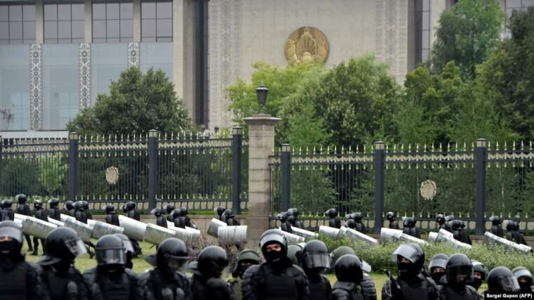 Сотрудники cиловых органов стоят на страже перед Дворцом Независимости во время митинга сторонников оппозиции в знак протеста против спорных результатов президентских выборов в Минске, 23 августа 2020 года
