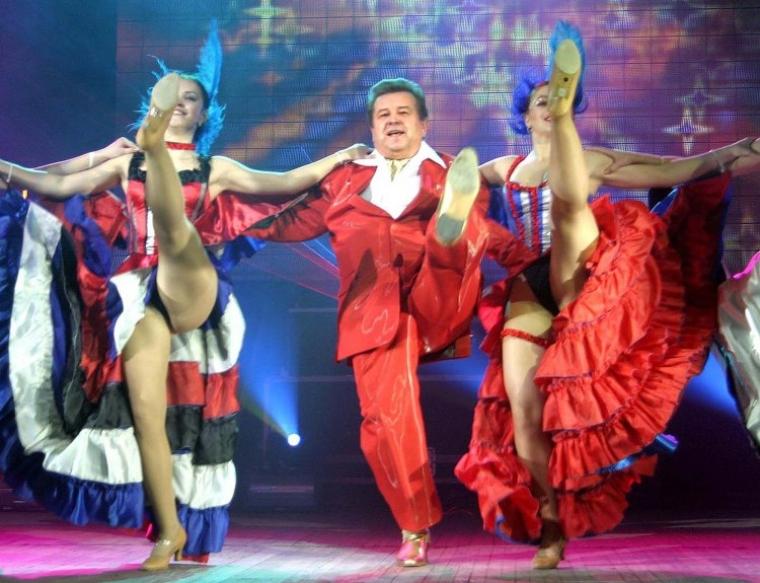Ректор Київського національного університету культури і мистецтв Михайло Поплавський танцює канкан на сцені оперного театру у Львові, 2004 р