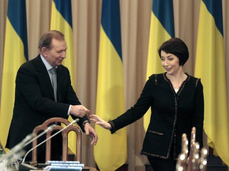 Другий Президент України (1994-2005) Леонід Кучма та міністр юстиції України Олена Лукаш перед початком засідання загальнонаціонального круглого столу «Об'єднаємо Україну», 2013 р.