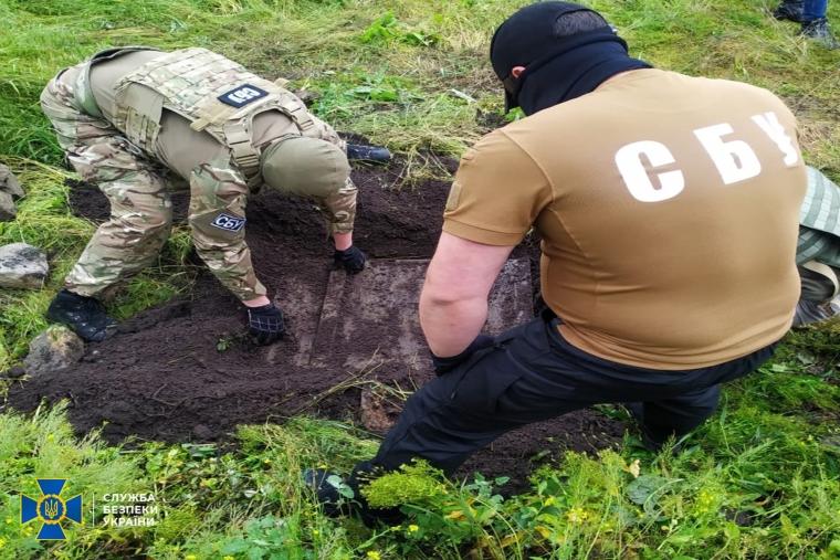 Правоохранители провели обыск во дворе дачи боевика