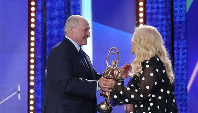 Президент Білорусі Олександр Лукашенко нагороджує Таїсію Повалій