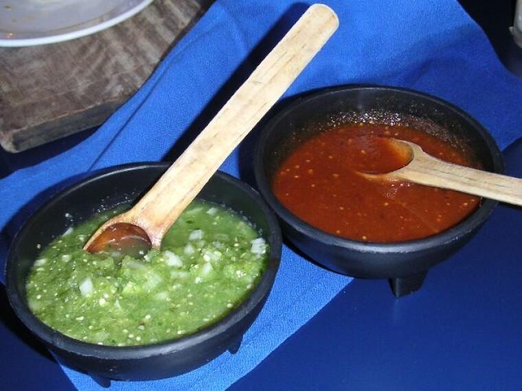 Сальса верде из «мексиканского помидора» и сальса роха из обычного томата. Оригинально, ярко, вкусно | Wikimedia