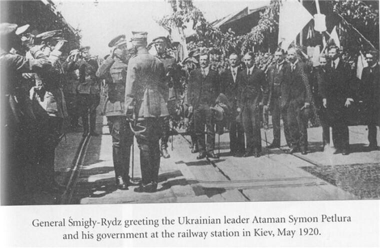 Польський генерал Ридз-Смігли вітає Симона Петлюру на вокзалі після звільнення Києва від більшовиків, травень 1920 року