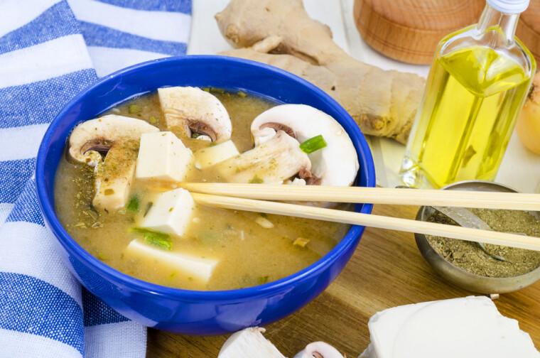 Суп с тофу и грибами в японском стиле – весьма непривычно, и потому уже интересно