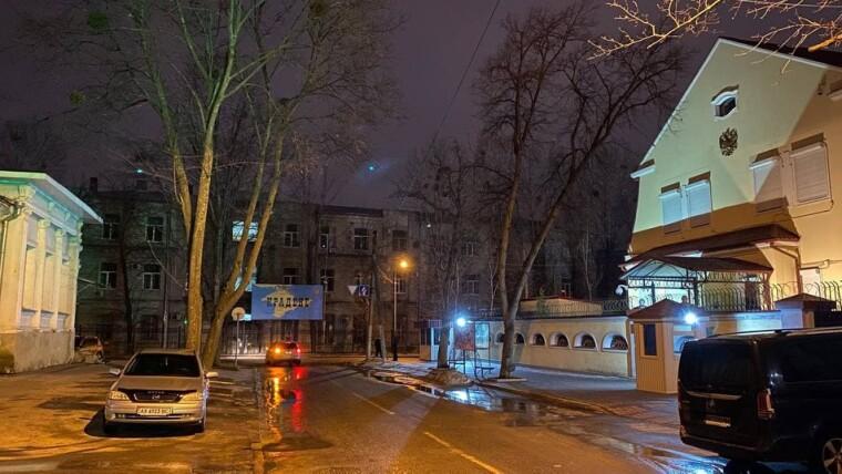 Баннер рядом с консульством РФ в Харькове