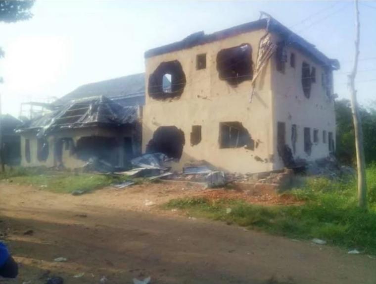 У нНігеріі чоловіки спалили будинок пастору через крадіжку пенісів